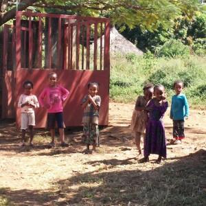 Niños a la puerta de la clínica